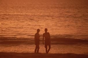 夕闇のカップル  タイの写真素材 [FYI03852008]