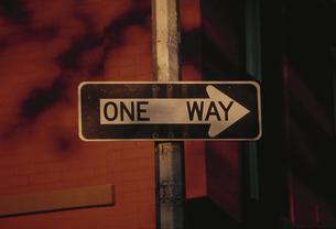 道路標識(ONE WAY) NY アメリカの写真素材 [FYI03852011]