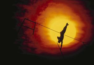 棒高跳びをする陸上選手のシルエットの写真素材 [FYI03852038]