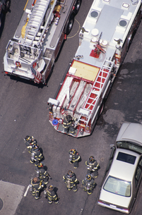 消防車と消防員  ニューヨーク アメリカの写真素材 [FYI03852490]