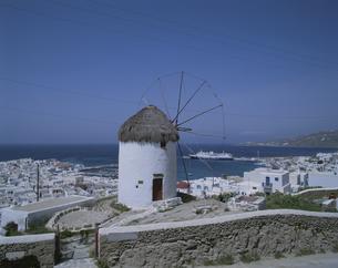 風車とミコノス港 ギリシアの写真素材 [FYI03852870]