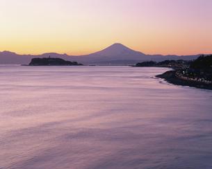 江ノ島と富士山夕景  鎌倉市 神奈川県の写真素材 [FYI03852876]