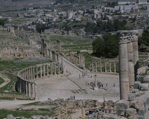 ジェラシュの遺跡のフォーラムと列柱道路展望 ヨルダンの写真素材 [FYI03852890]