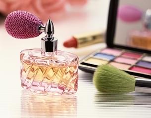 香水瓶と化粧品のイメージの写真素材 [FYI03853123]