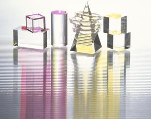 並べられた多種のガラスの立方体の写真素材 [FYI03853128]