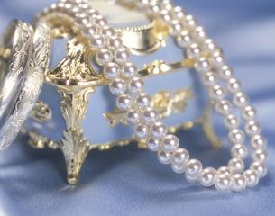宝石箱と真珠のネックレスの写真素材 [FYI03853129]