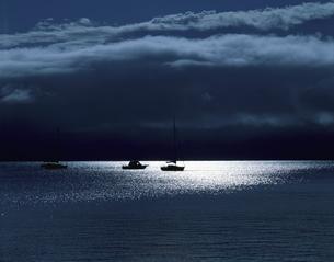 光る湖の写真素材 [FYI03853140]