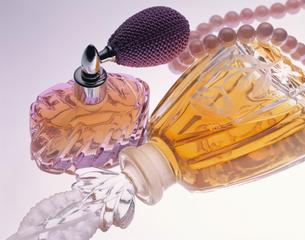 2個の香水瓶の写真素材 [FYI03853156]