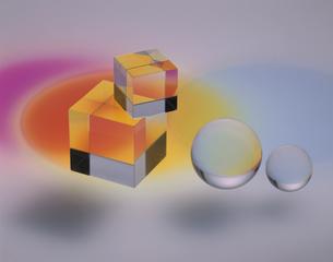 クリスタルの球体と立方体にあたる光の写真素材 [FYI03853183]
