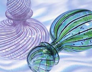 透ける2個の香水瓶の写真素材 [FYI03853237]