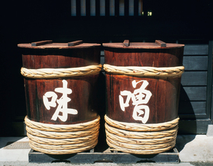 味噌と書かれた樽の写真素材 [FYI03853253]