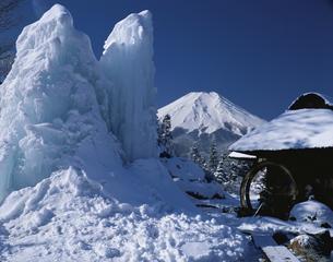 雪の積もった民家と富士山 忍野 山梨県の写真素材 [FYI03853269]