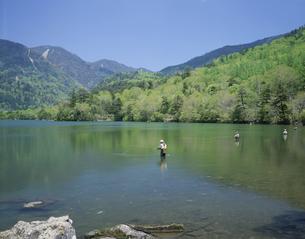 湯ノ湖にて釣りをする人物 奥日光 栃木県の写真素材 [FYI03853276]