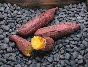 黒石の上の焼き芋の写真素材 [FYI03853312]