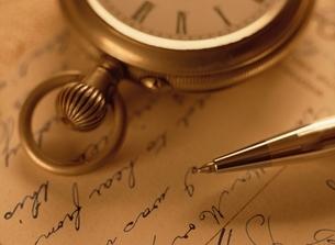 懐中時計とペンの写真素材 [FYI03853349]