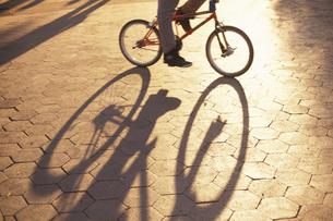 石畳に映る自転車の影 ニューヨーク アメリカの写真素材 [FYI03853352]