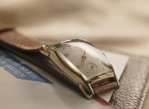 時計と封筒(茶色)の写真素材 [FYI03853360]