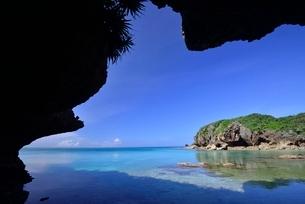 岩陰から見る風景の写真素材 [FYI03853856]