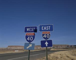 荒野の2本の道路標識 ニューメキシコ州 アメリカの写真素材 [FYI03853968]