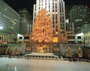 ロックフェラーセンターのクリスマスツリー NY アメリカの写真素材 [FYI03854015]
