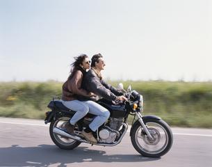 バイクに乗るカップルの写真素材 [FYI03854034]