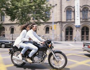 バイクに乗るカップルの写真素材 [FYI03854035]