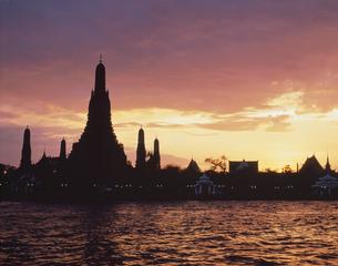 暁の寺とチャオプラヤー夕景  バンコク タイの写真素材 [FYI03854068]