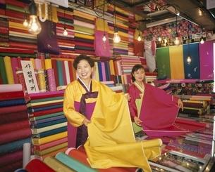 南大門市場の布地屋の2人の外国人の女性 ソウル 韓国の写真素材 [FYI03854109]