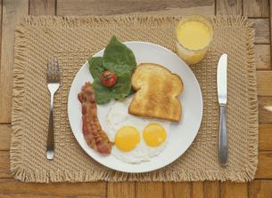 朝食イメージ(トースト・目玉焼き・ジュースなど)の写真素材 [FYI03854113]