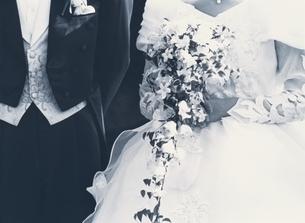 ウェディングドレスと燕尾服の写真素材 [FYI03854122]