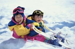 雪と遊ぶ日本人の男の子と女の子の写真素材 [FYI03854124]