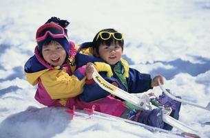 雪と遊ぶ子供の写真素材 [FYI03854125]