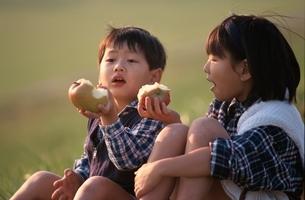 日本人の男の子と女の子の写真素材 [FYI03854130]