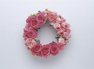 ピンク色のフラワーリースの写真素材 [FYI03854132]