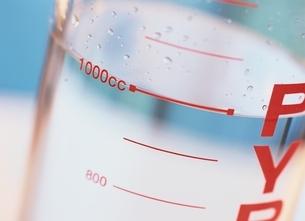 計量カップの水の写真素材 [FYI03854144]