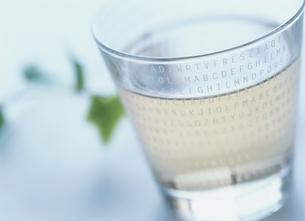 グラスに入った氷の写真素材 [FYI03854145]
