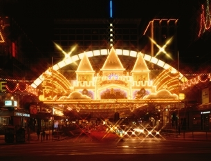 街中のクリスマス・イルミネーション   香港 中国の写真素材 [FYI03854164]