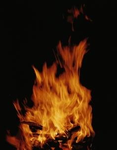 夜の炎のイメージ(オレンジ色)の写真素材 [FYI03854186]