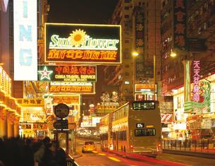 ネイザンロードの夜景 九龍半島 香港の写真素材 [FYI03854213]