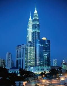 ツインタワーの夜景 クアラルンプール マレーシアの写真素材 [FYI03854362]