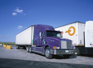 長距離トラックの写真素材 [FYI03854370]