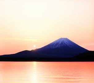 富士山と太陽の写真素材 [FYI03855116]