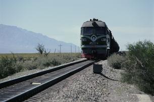 シルクロードを走るディーゼル機関車   ウルムチ 中国の写真素材 [FYI03855133]