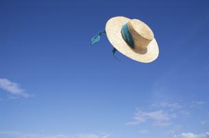 麦藁帽子と青空 夏の写真素材 [FYI03855159]