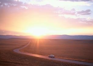 夕日に染まる草原の道 ララミー ワイオミング州 アメリカの写真素材 [FYI03855166]