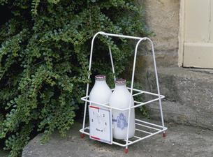 玄関先に配達された牛乳瓶の写真素材 [FYI03855186]