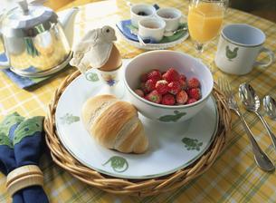 朝食イメージ(パン・イチゴ・オレンジジュースなど)の写真素材 [FYI03855211]