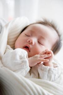 赤ちゃんの寝顔の写真素材 [FYI03855450]