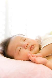 赤ちゃんの寝顔の写真素材 [FYI03855451]