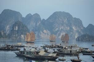 船の浮かぶヘイロン・ベイ   ベトナムの写真素材 [FYI03855485]